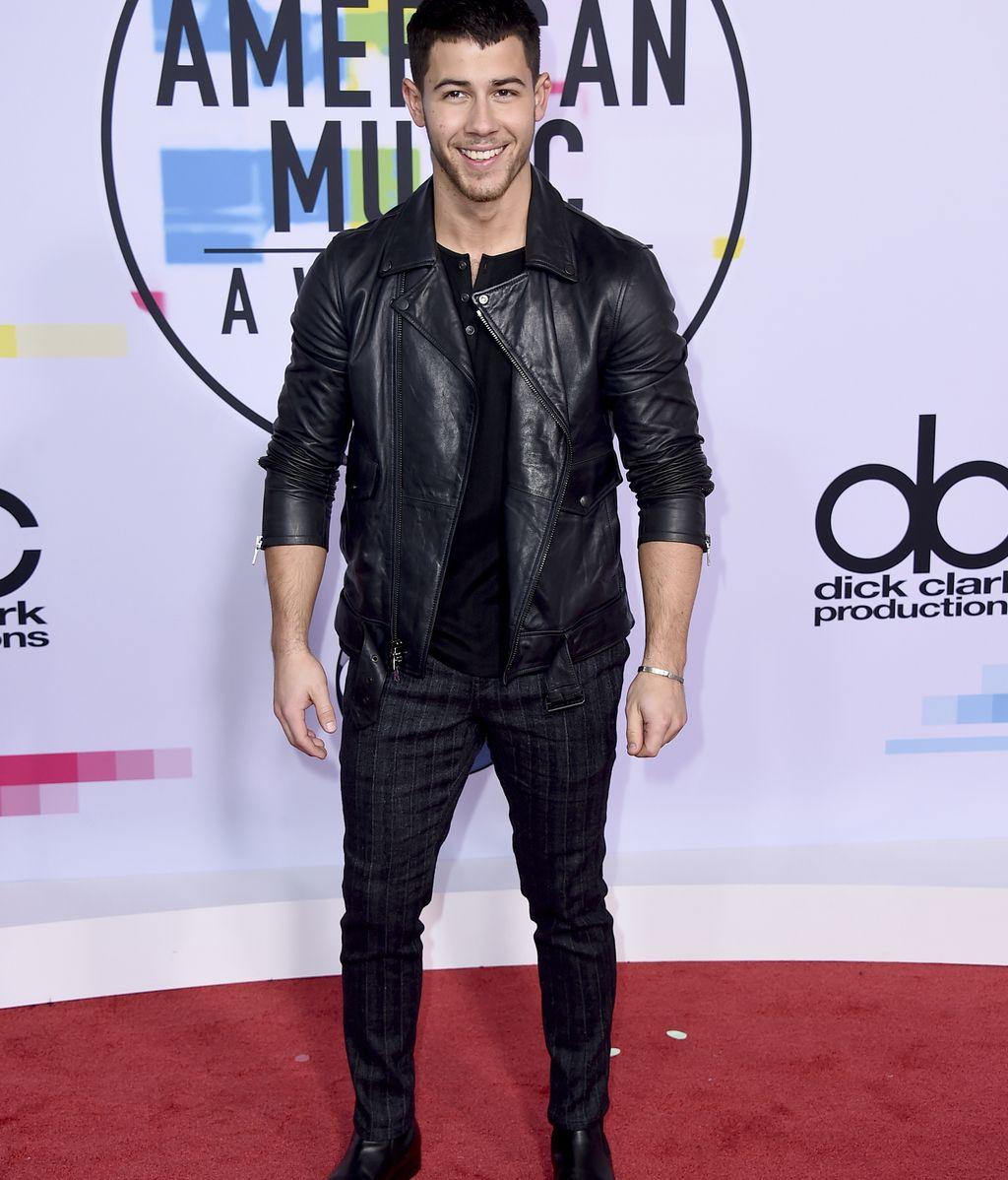Nick Jonas, con su habitual cuero y 'total black', tampoco se perdió la gala