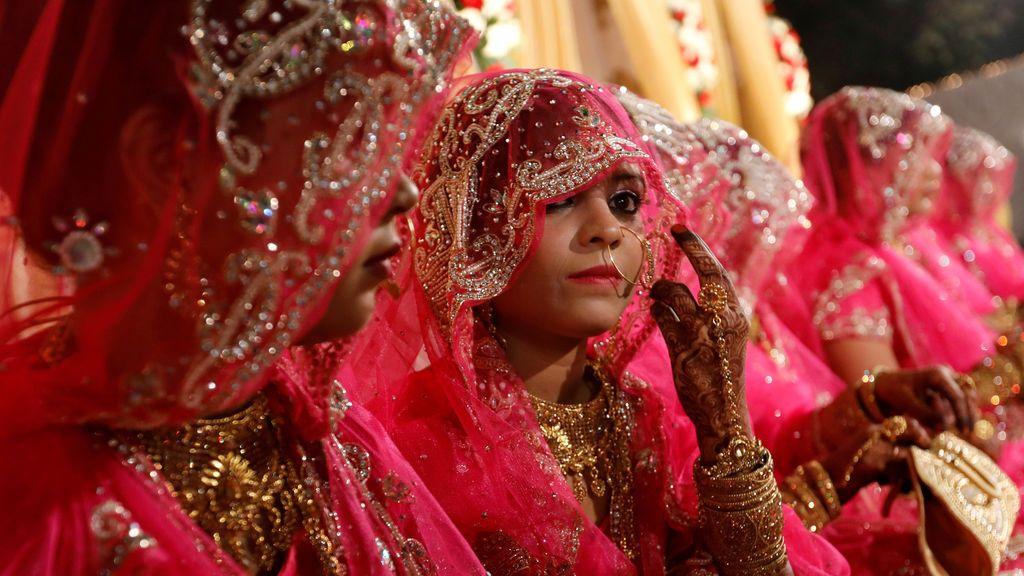 Novias musulmanas esperan a que comience una ceremonia de matrimonio masiva en la India