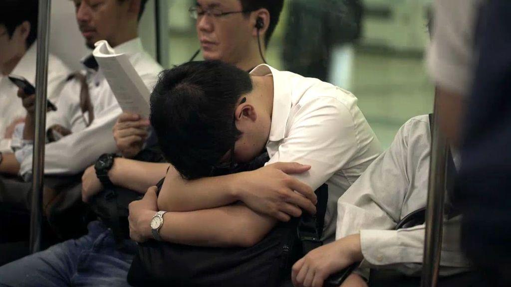 """La mujer de un japonés muerto por Karoshi: """"Se suicidó porque trabajaba 36 horas seguidas"""""""