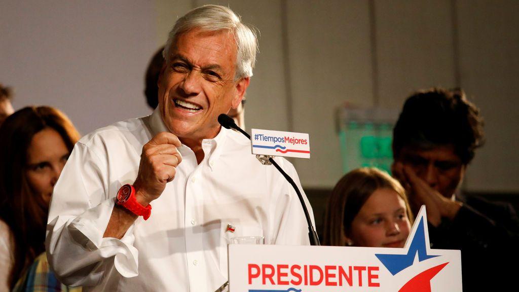 El candidato presidencial chileno, Sebastián Piñera, pronunció un discurso ante sus seguidores después de liderar en la primera ronda de las elecciones generales en Santiago de Chile
