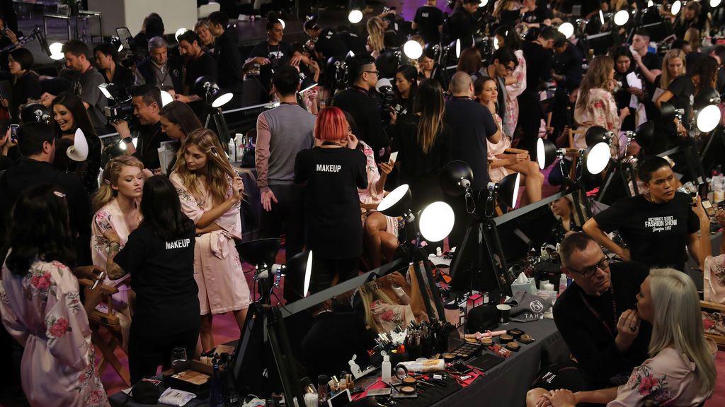 Selfies, muchas risas y sensualidad por doquier: así son las horas previas en el backstage al #VictoriaSecretFashionShow