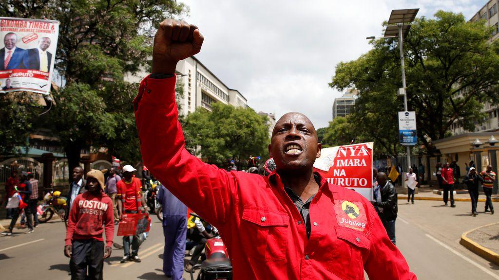 Un partidario del Jubilee Party aplaude después de que la Corte Suprema de Kenia confirmara la reelección del presidente Uhuru Kenyatta en la repetida votación presidencial del mes pasado, en Nairobi, Kenia