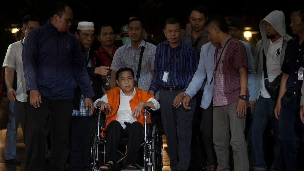 El portavoz de la Cámara de Indonesia Setya Novanto, identificado como sospechoso en un caso de corrupción, llega al edificio de la Comisión de Erradicación de la Corrupción (KPK) en Yakarta, Indonesia