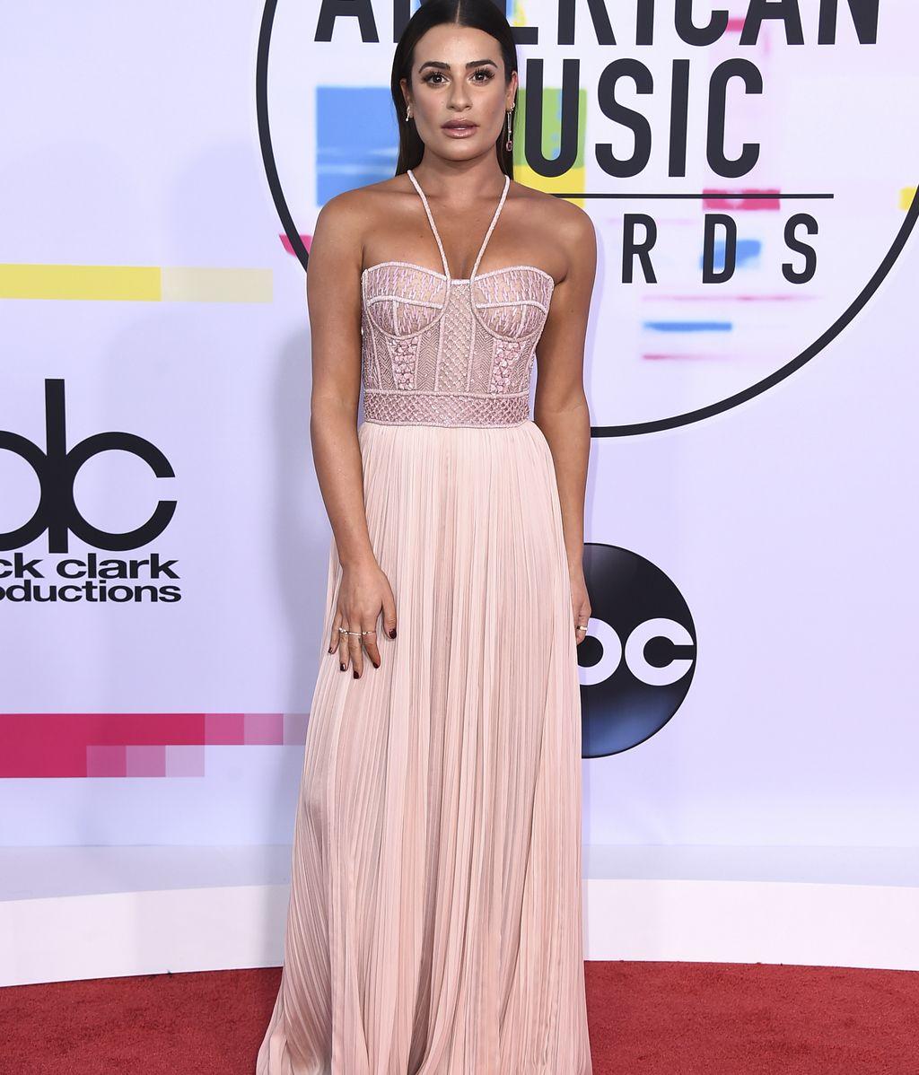 Lea Michelle posó con un vestido en rosa empolvado, con corsé y falda de gasa, diseñado por J. Mendel
