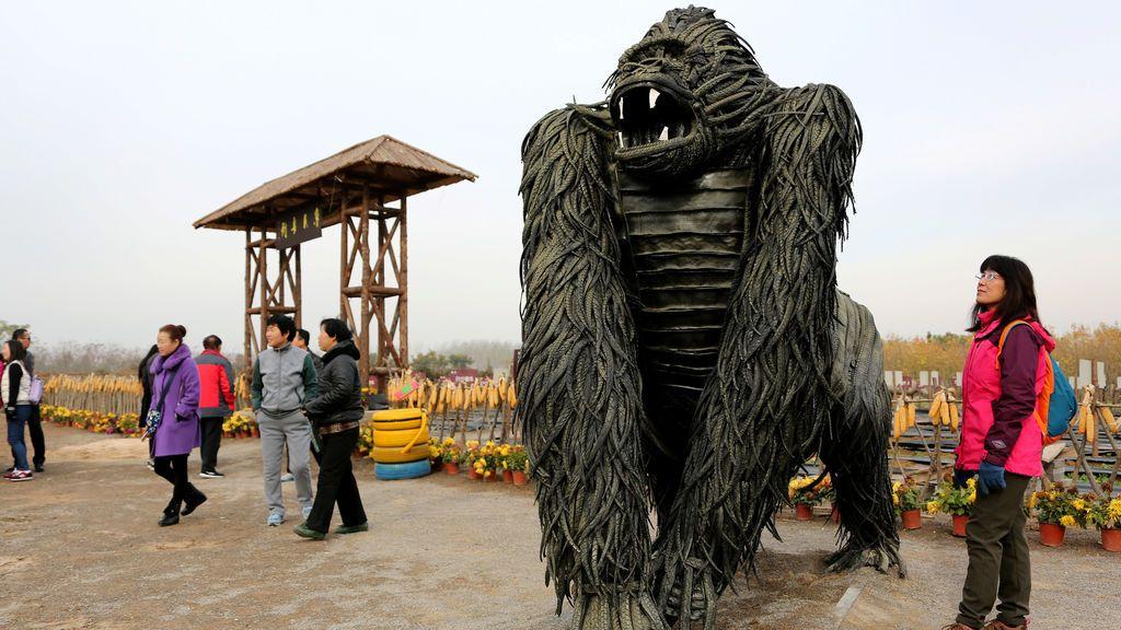 Un visitante observa una escultura de neumático en forma de gorila en Zaozhuang, provincia de Shandong, China, el 19 de noviembre de 2017