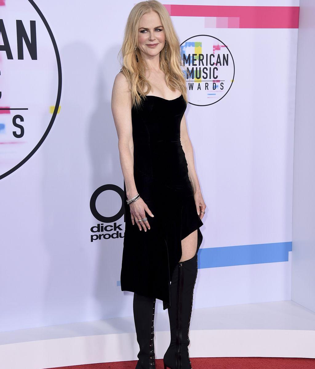 Nicole Kidman apostó por un corto 'midi' de Olivier Theyskens que combinó con botas por encima de la rodilla