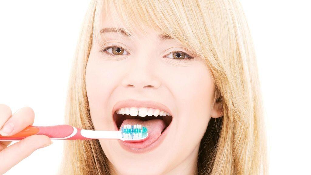 Los motivos de por qué tienes que cepillarte la lengua