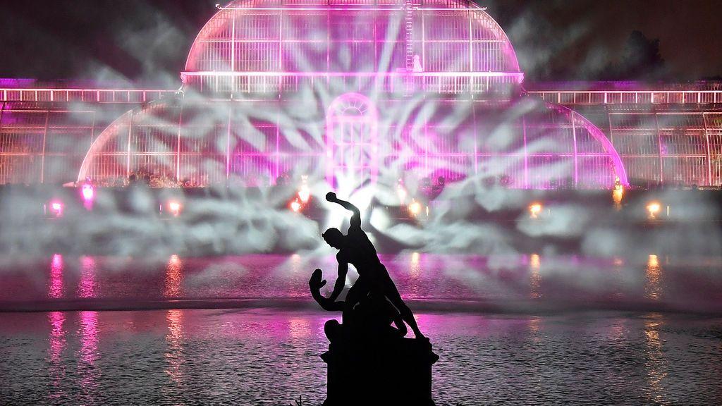 Esculturas, edificios y árboles se iluminan en el sendero de Kew Gardens en Kew, al oeste de Londres, Gran Bretaña