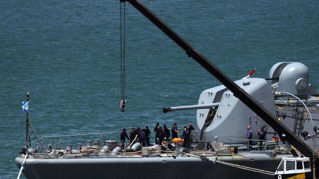 La tripulación de la marina trabaja a bordo del destructor ARA Sarandi antes de partir para participar en la búsqueda del submarino ARA San Juan desaparecido en el mar en la Base Naval Argentina en Mar del Plata, Argentina