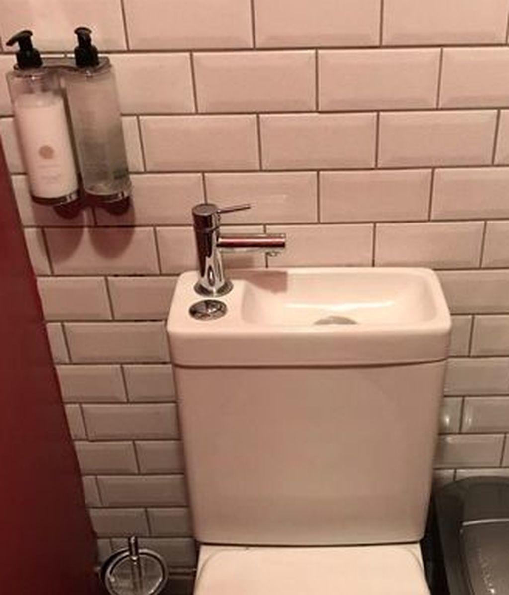 Un pub ahorra espacio en sus baños de una forma muy ingeniosa