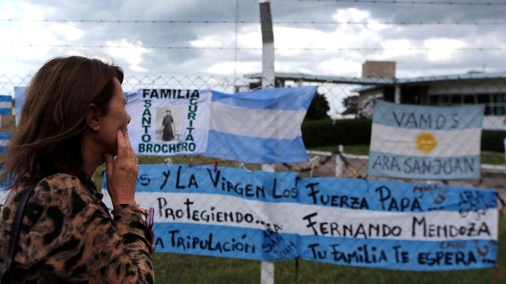 Una mujer mira los carteles en apoyo de los 44 tripulantes del submarino ARA San Juan desaparecidos en el mar, que se colocan en una cerca fuera de la Base Naval Argentina desde donde partió el submarino, en Mar del Plata, Argentina