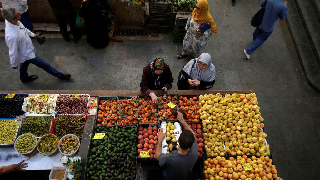 La gente compra verduras y frutas en un mercado en Argel, Argelia