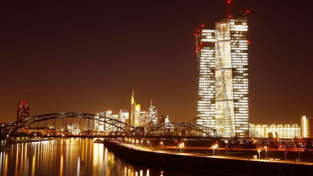 La sede del Banco Central Europeo (BCE) es fotografiada frente al horizonte con sus torres bancarias en Frankfurt, Alemania