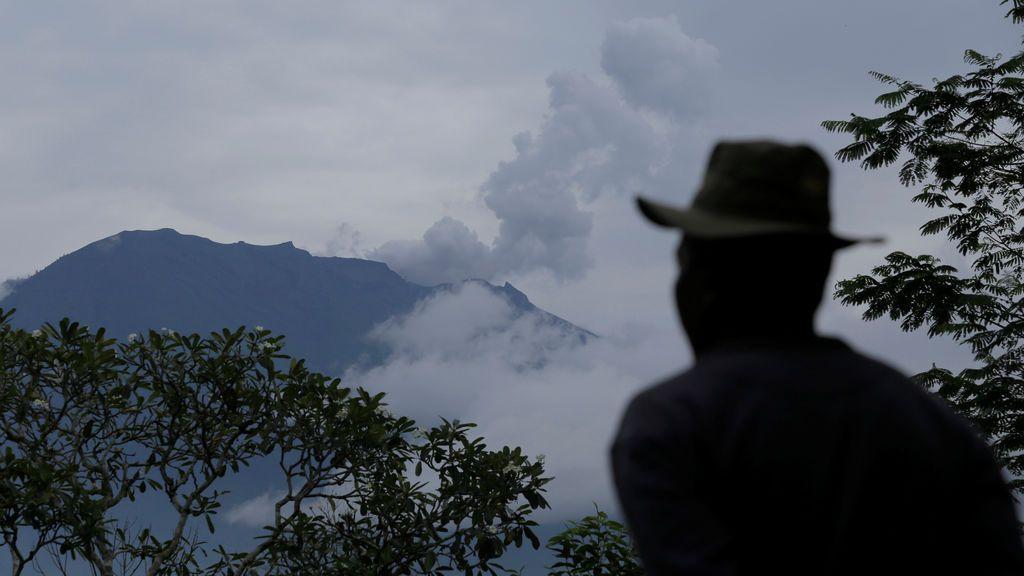 Un aldeano observa el Monte Agung después de una erupción freática en Rendang Village, Karangasem, Bali, Indonesia