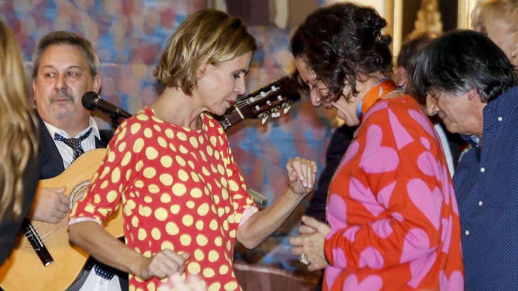 La diseñadora no paró de bailar, un día después de que Pedro J. acudiese a un evento con su nueva mujer