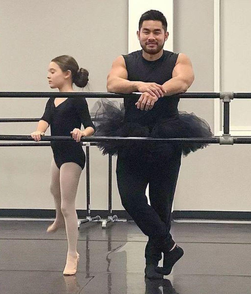 Un padre acude con un tutú a la clase de ballet de su hija