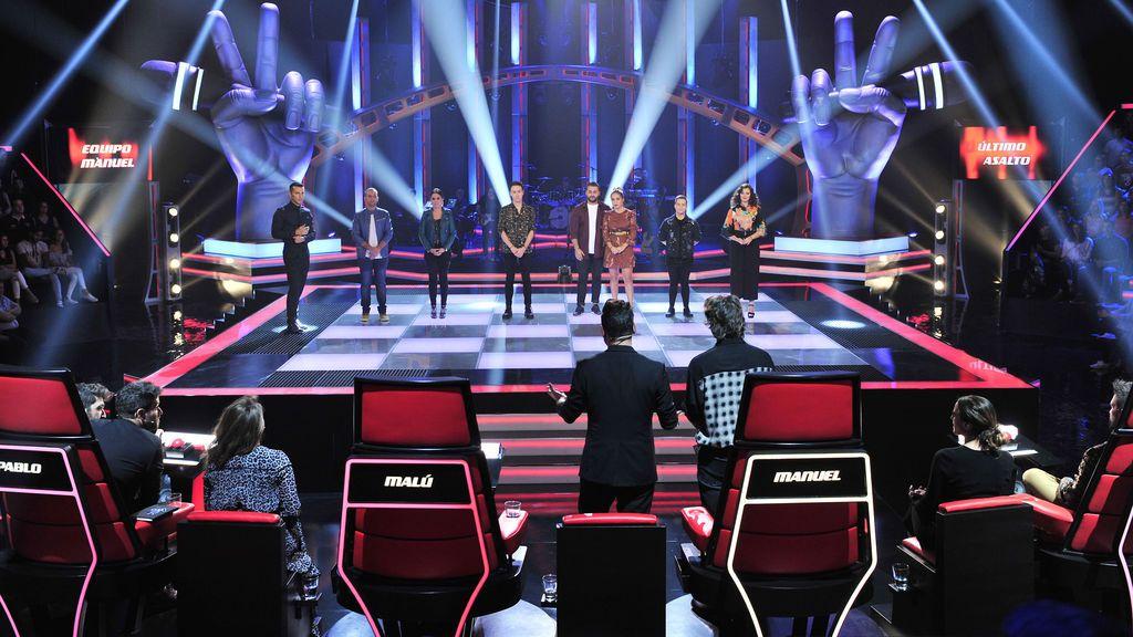 Los 'coaches' y asesores de 'La voz 5' contemplan a varios de los concursantes durante el 'Último asalto'.