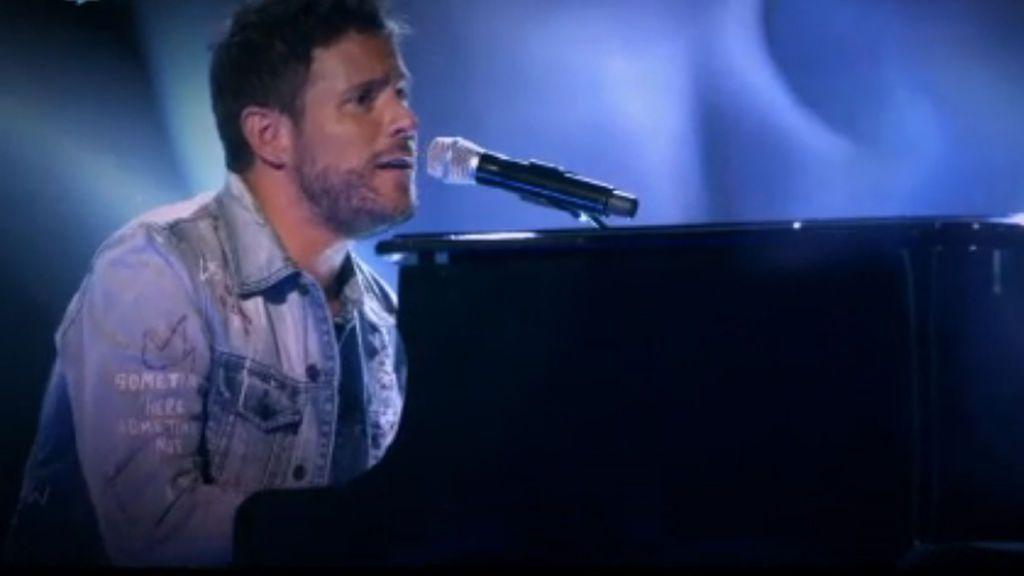 Pablo López canta y toca el piano en 'Otra vez', la canción de los 'coaches' de 'La voz 5'.