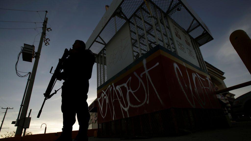 Un agente de policía monta guardia cerca de la escena del crimen donde atacantes desconocidos dispararon a un hombre en Ciudad Juárez, México
