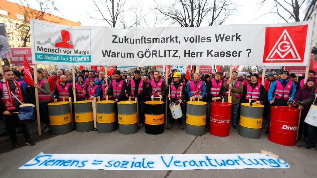"""Empleados de Siemens y miembros del sindicato protestan con una pancarta que dice """"Siemens = responsabilidad social"""" fuera de una reunión del comité de empresa de Siemens en Berlín, Alemania"""