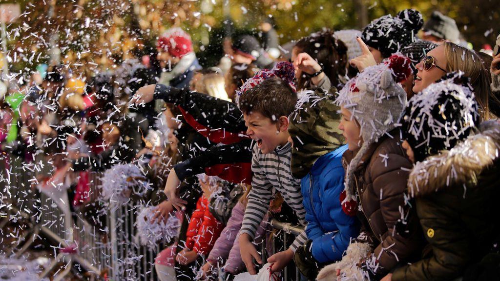 La gente asiste al tradicional desfile del Día de Acción de Gracias organizado por Macy's en Manhattan