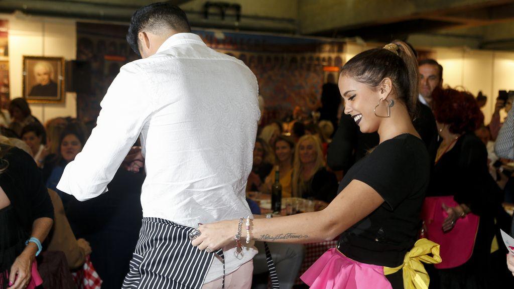 Gloria Camila, acompañada de Kiko, lució un delantal al estilo 'capote': un guiño a su padre