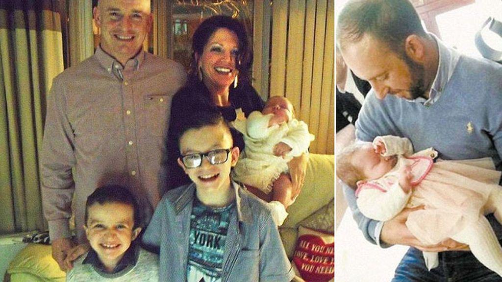 La familia McGrotty, al completo. Solo el bebé se salvó.  A la derecha, con el hombre que la salvó
