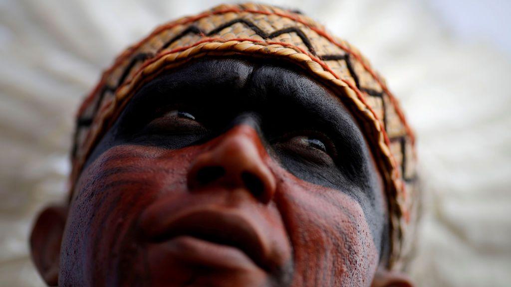 Un indígena de la tribu de Pataxo protesta por unas declaraciones sobre la demacración de las tierras indígenas