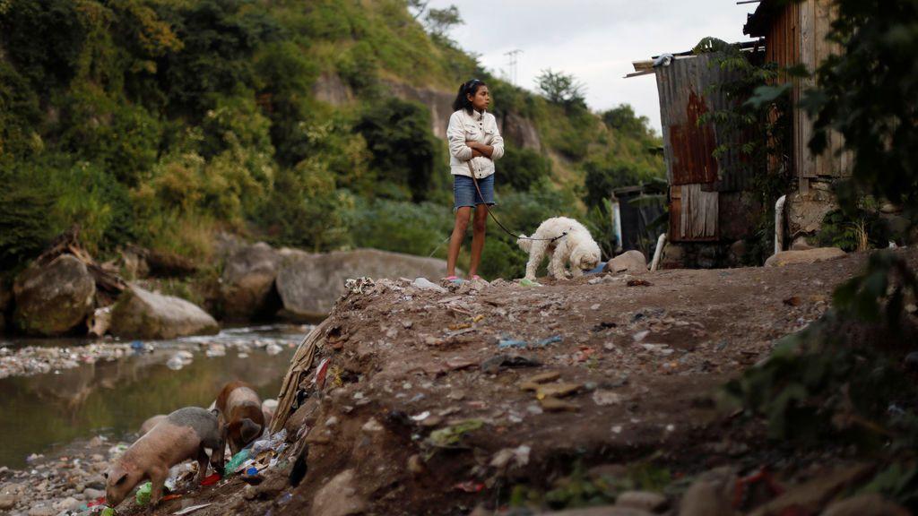 Una niña aparece retratada junto a un río antes de las elecciones presidenciales del 26 de noviembre en Tegucigalpa, Honduras