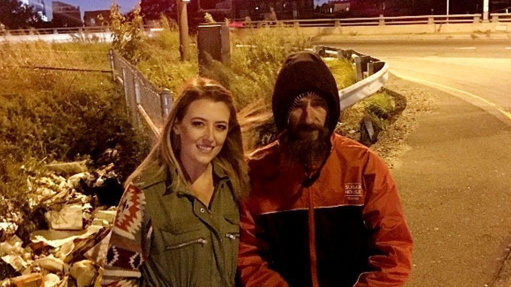 Un mendigo da sus últimos 20 dólares a una conductora que se quedó sin gasolina en mitad de una carretera