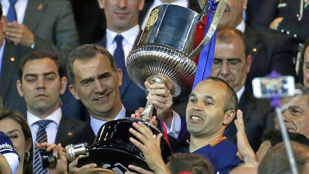 Felipe VI entrega a Andrés Iniesta, jugador del F.C. Barcelona, el trofeo de campeón de la Copa del Rey 2017.