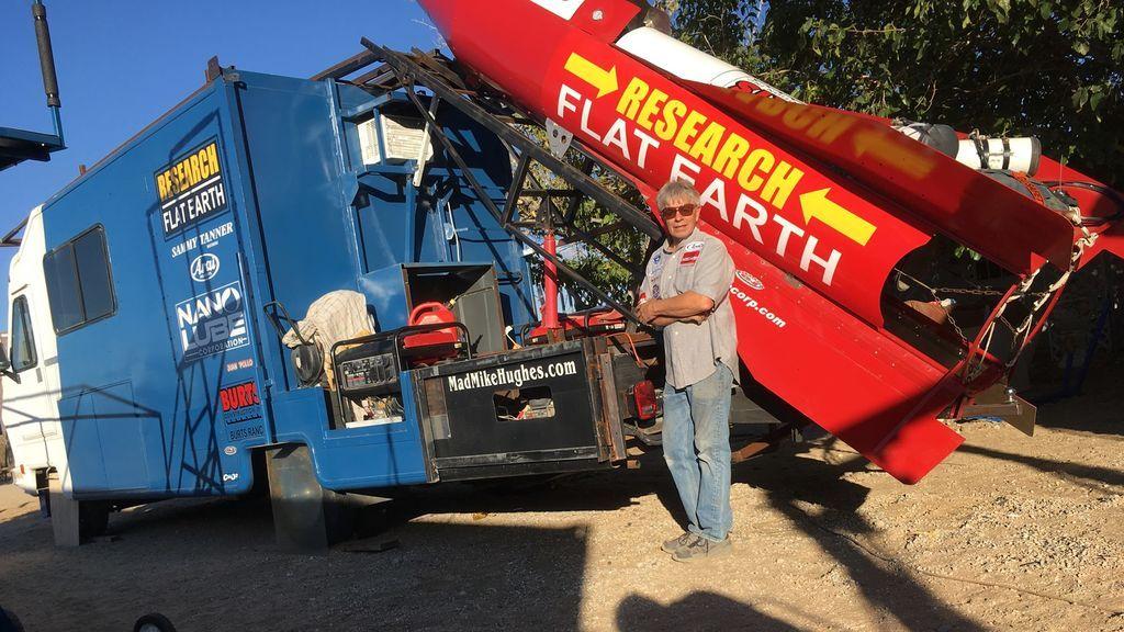 Mad Mike posa junto a su cohete casero