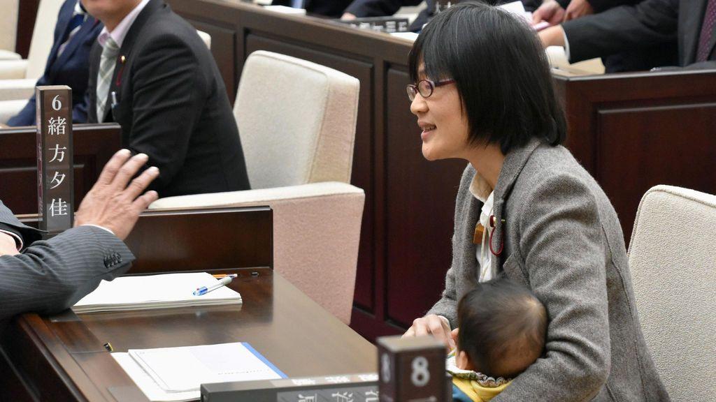 La asambleísta de la ciudad de Kumamoto Yuka Ogata sostiene a su bebé de siete meses durante una sesión en Kumamoto, prefectura de Kumamoto, Japón