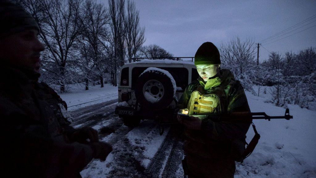 Los militares ucranianos se ven en la aldea de Travneve, Ucrania