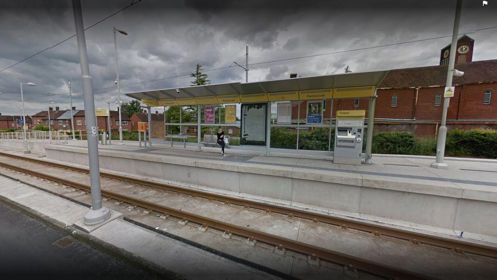 Unos adolescentes escupen al bebé de una mujer en el metro en Manchester