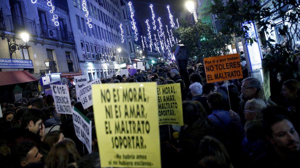 Miles de asistentes en la manifestación contra la violencia de género en Madrid