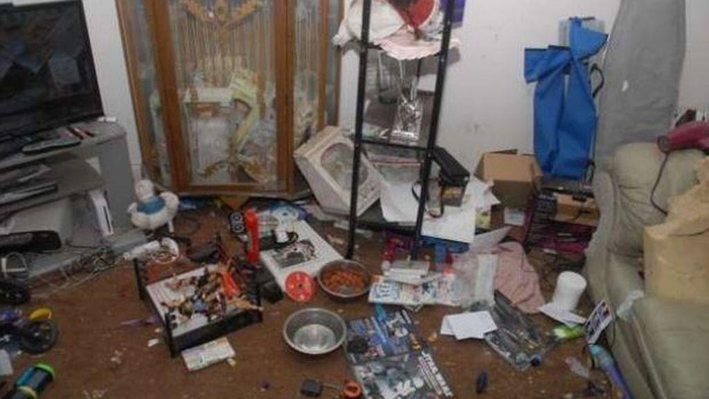 La policía descubre que unos niños viven en condiciones pésimas y encarcela a sus padres