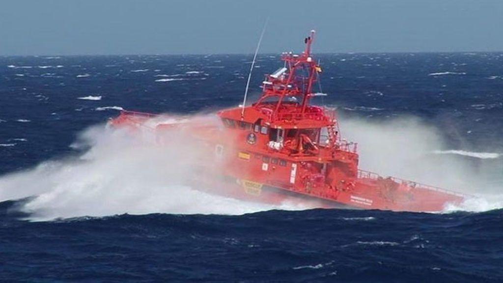 Rescatadas 72 personas a bordo de dos pateras, una de ellas en muy mal estado con agua en su interior