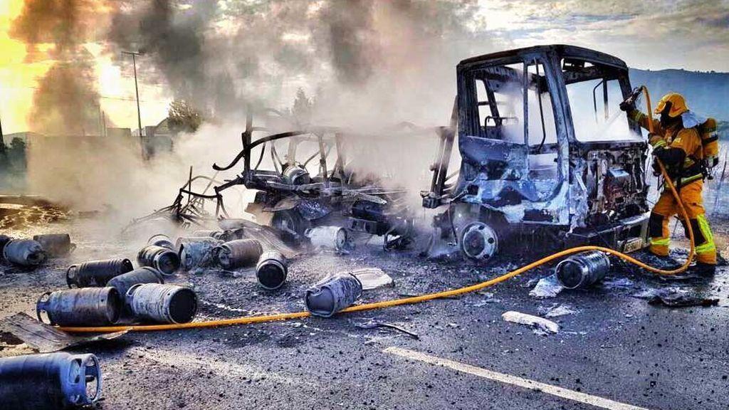 Se incendia un camión de butano y las llamas se propagan a un viñedo en Aspe