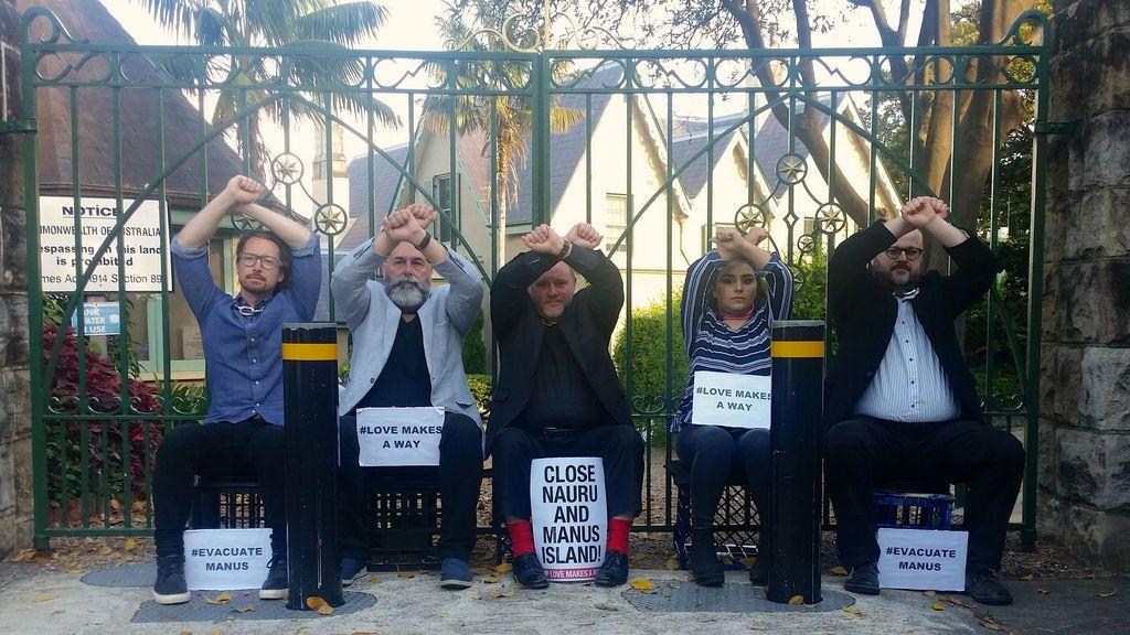 Cinco líderes de la comunidad cristiana, con cadenas en el cuello que están unidas a la puerta principal de Kirribilli House, organizan una protesta en apoyo de los solicitantes de asilo en centros de tránsito en la isla Manus en Papua Nueva Guinea y Nauru, en Sydney, Australia