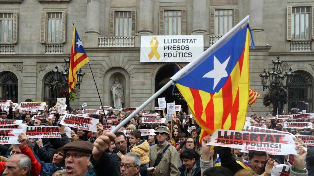 El Ayuntamiento de Barcelona retira la pancarta por los presos tras el fallo de la Junta Electoral