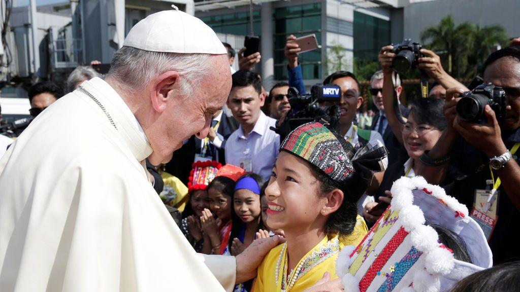 El Papa Francisco es recibido cuando llega al aeropuerto internacional de Yangon, Myanmar