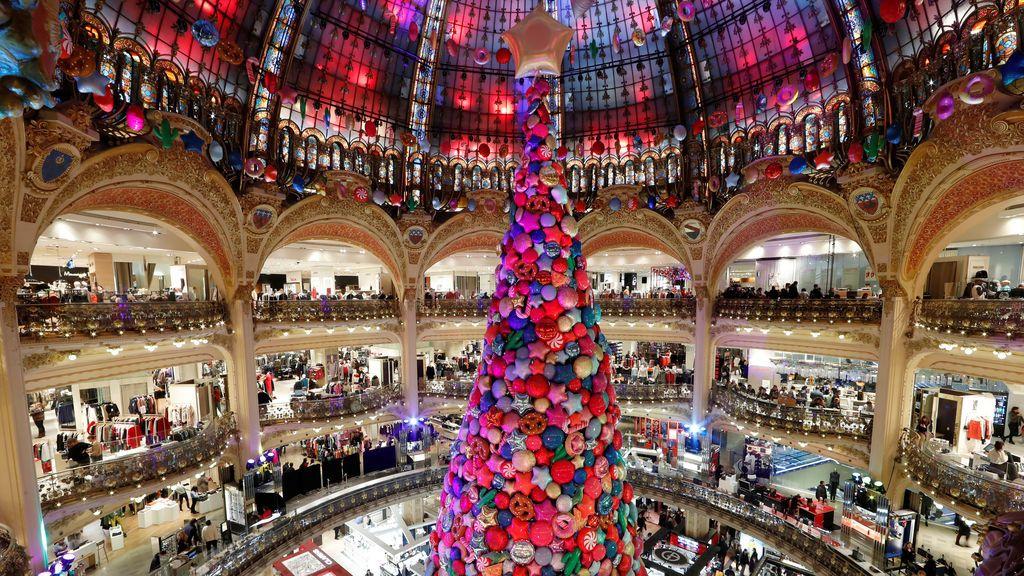 Un árbol de Navidad gigante y la cúpula de cristal art deco en los grandes almacenes Galeries Lafayette en París, Francia