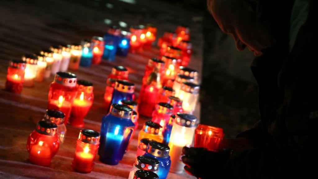 El croata de Bosnia enciende una vela ante el juicio de apelación en La Haya, Países Bajos, por seis altos funcionarios bosniocroatas en tiempos de guerra acusados de crímenes contra musulmanes en Mostar, Bosnia Herzegovina