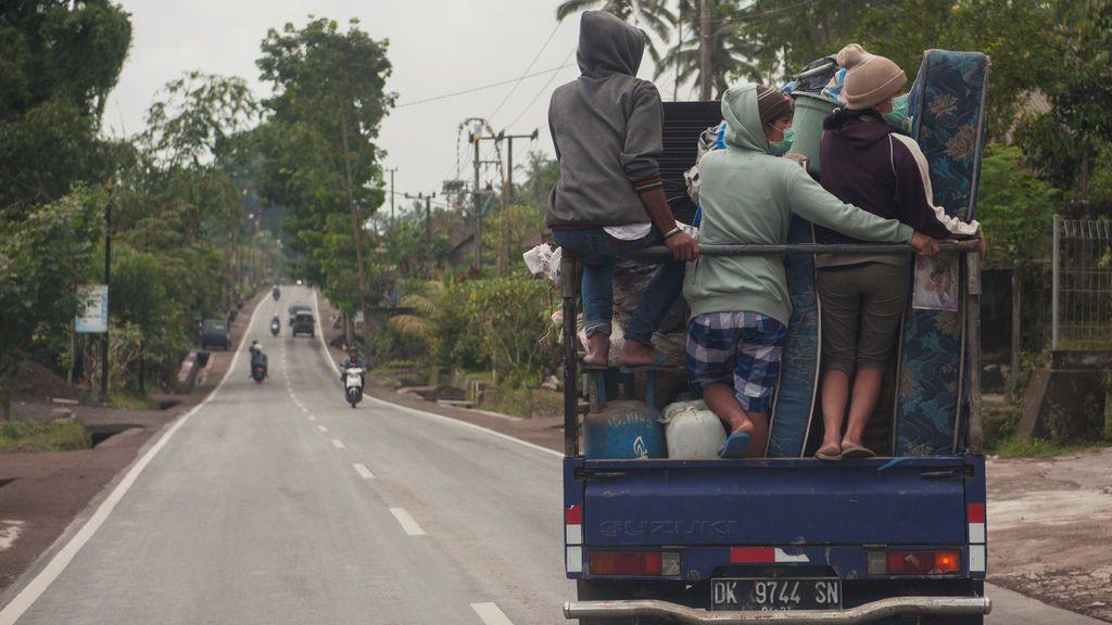 Los aldeanos se sientan encima de un camión mientras se mudan al refugio temporal en la aldea de Rendang en Karangasem, Bali, Indonesia