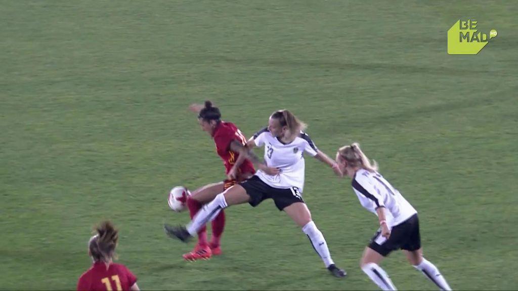 ¡Qué barbaridad! Jenni Hermoso esconde el balón a tres austriacas que deja en el suelo
