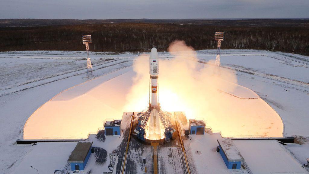 La nave espacial Souyz-2 con satélite Meteor-M y 18 satélites pequeños adicionales se lanza desde el nuevo cosmódromo Vostochny de Rusia, cerca de la ciudad de Tsiolkovsky en la región de Amur, Rusia