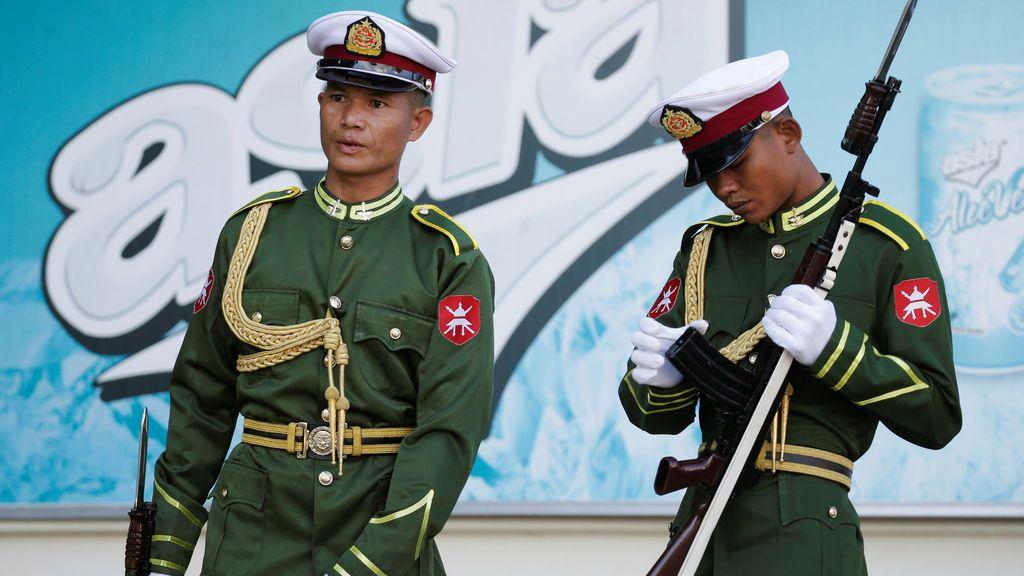 Los miembros de la guardia de honor se preparan para la llegada del Papa Francisco al Palacio Presidencial en Naypyitaw, Myanmar