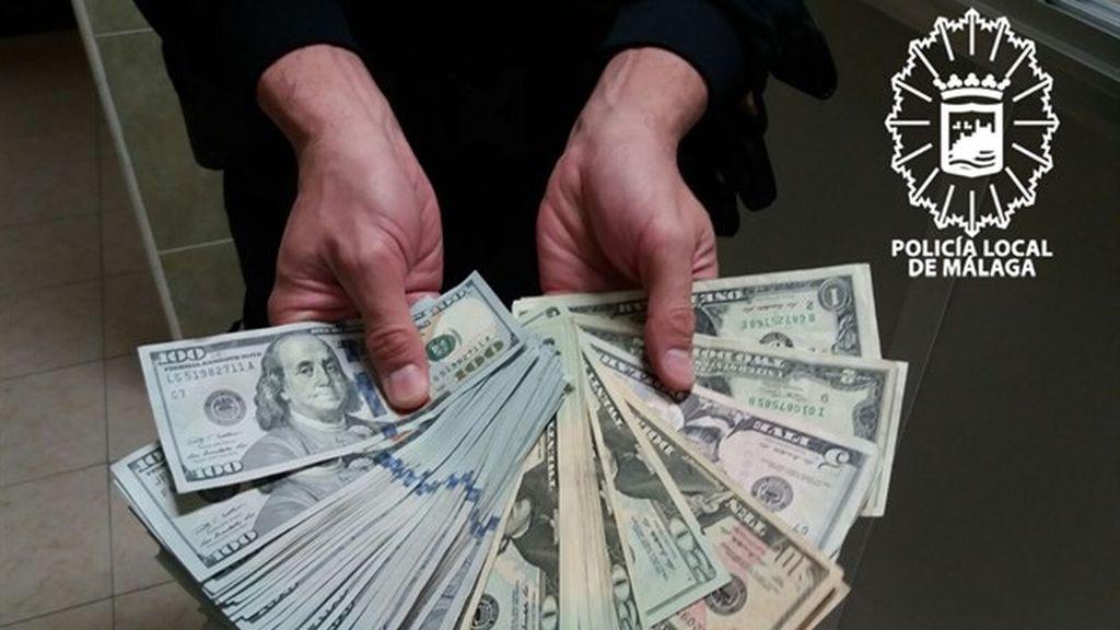 Un ciudadano entrega un bolso perdido por una turista en Málaga con más de 6.000 dólares