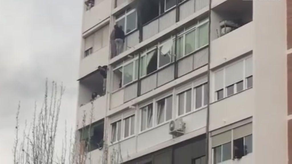 Colgados de la fachada por un aparatoso incendio en el que ha muerto una mujer de 35 años